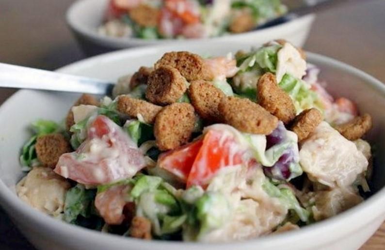 Салат с фасолью и курицей и сухариками рецепт пошагово в