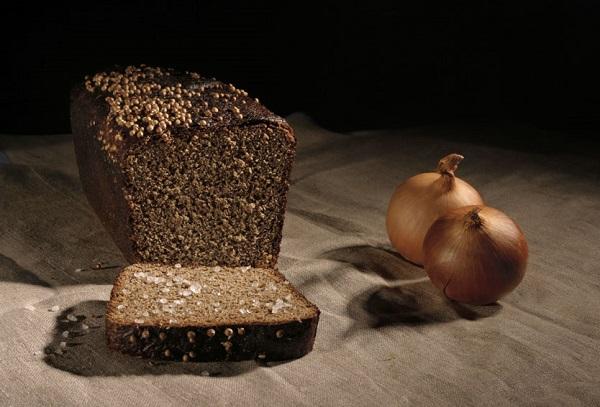 Черный хлеб и две луковицы