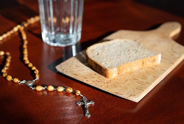 Постная еда, хлеб и вода